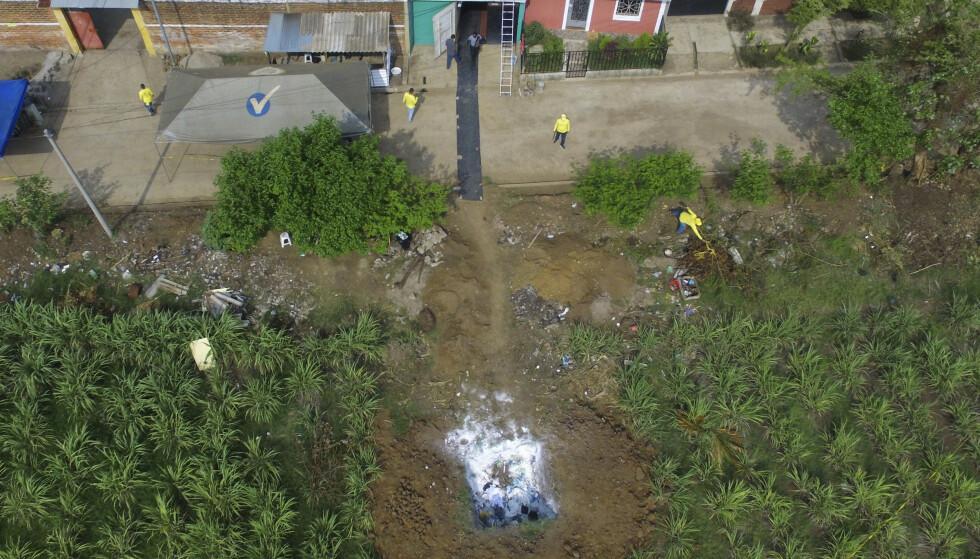 14 lik er til nå funnet i bakhagen til en tidligere politimann i El Salvador. Foto: AP / NTB