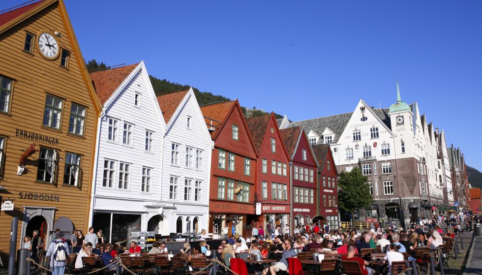 En varm sommerdag på Bryggen i Bergen - før coronapandemien. Foto: Marianne Løvland / NTB
