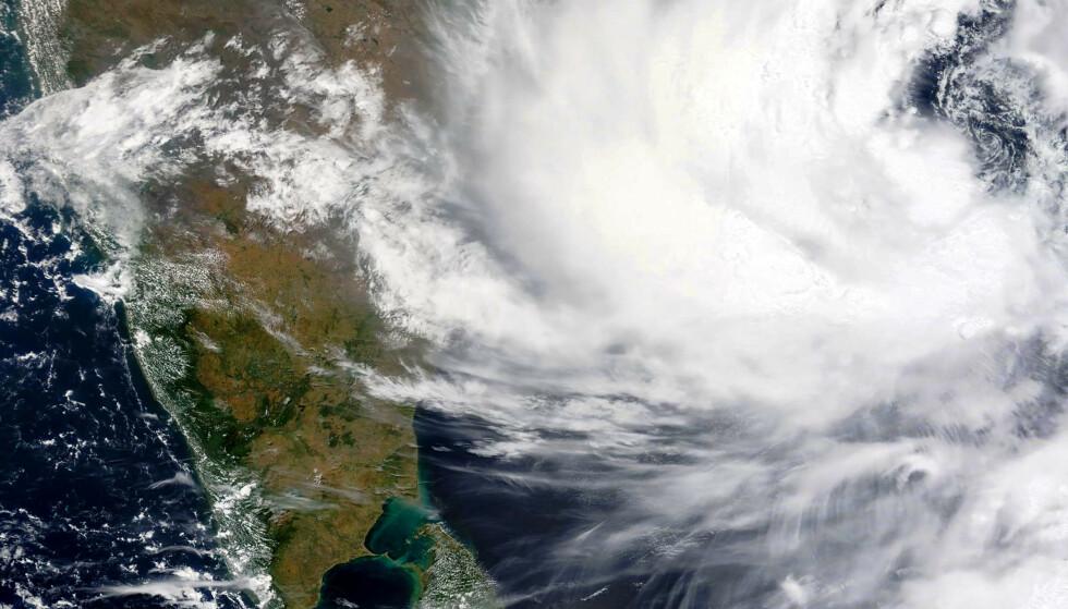 Dette satellittbildet fra amerikanske Nasa viser syklonen Yaas som ventes å nå østkysten av India onsdag morgen. Foto: Nasa / AP / NTB