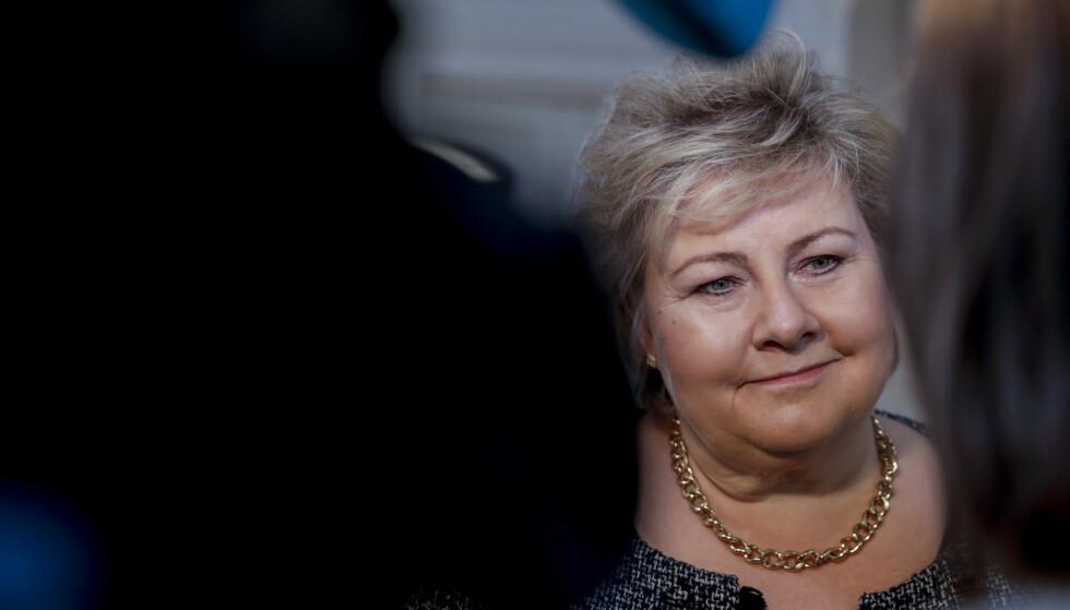 Statsminister Erna Solberg (H) forsvarer beslutningen om å la regjering og Storting gå foran i vaksinekøen. Foto: Vidar Ruud / NTB