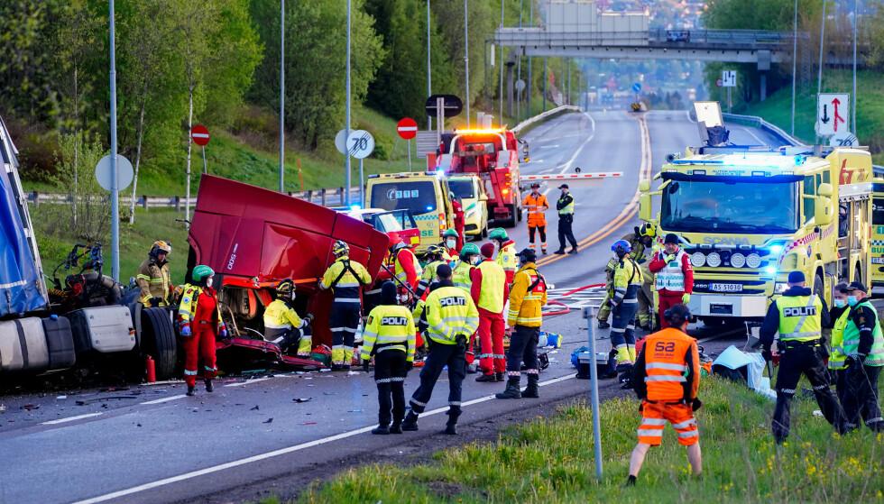 Nødetatene jobber på stedet der to vogntog kolliderte natt til torsdag. Ulykken skjedde nord for Hagantunnelen på riksvei 4 i Nittedal kommune. Foto: Terje Pedersen / NTB