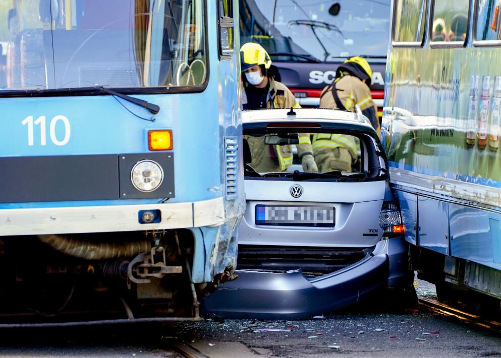 En personbil ble torsdag morgen klemt mellom to trikker i Grefsenveien i Oslo. Personen i bilen fremstår uskadd, ifølge politiet. Foto: Terje Pedersen / NTB