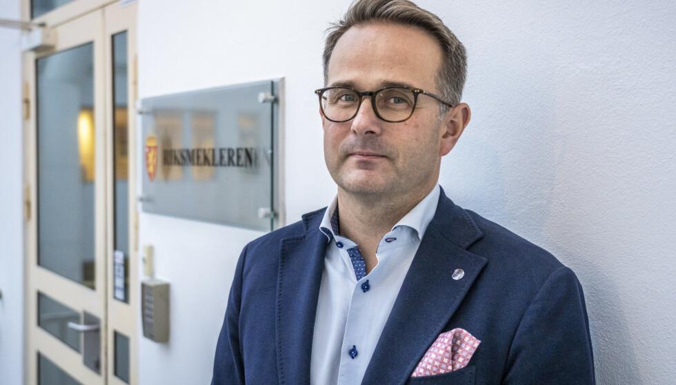 Riksmekler Mats Wilhelm Ruland opplyser at det er enighet i statsoppgjøret. Foto: Ole Berg-Rusten/NTB
