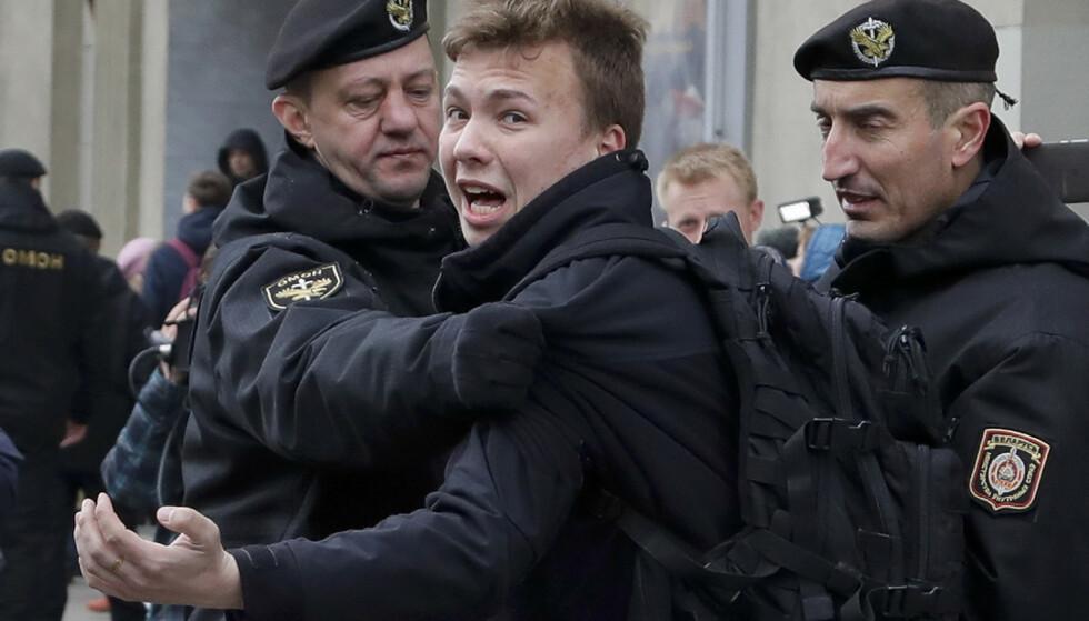 Den internasjonale luftfartsorganisasjonen ICAO skal etterforske Hviterusslands omdirigering av et Ryanair-fly, som ble tvunget til å lande i Minsk søndag. Like etter at flyet landet, ble den hviterussiske aktivisten og journalisten Roman Protasevitsj, som har bodd i eksil i Litauen, pågrepet. Her blir han pågrepet av politiet i Minsk i 2017. Foto: Sergei Grits / AP / NTB