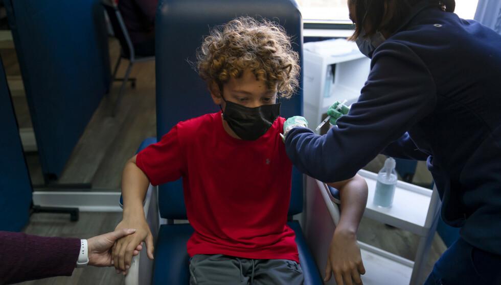 Pfizer/Biontechs coronavaksine er alt tatt i bruk på barn ned mot tolv år i USA. Her får tolv år gamle Max Cuevas sin første dose i Tustin i California. Foto: AP / NTB