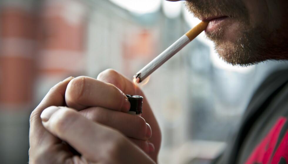 Oslo  20120217.Illustrasjonsbilder av ryker og rykeslutt. Mann tenner sigarett.Foto: Fredrik Varfjell / NTB