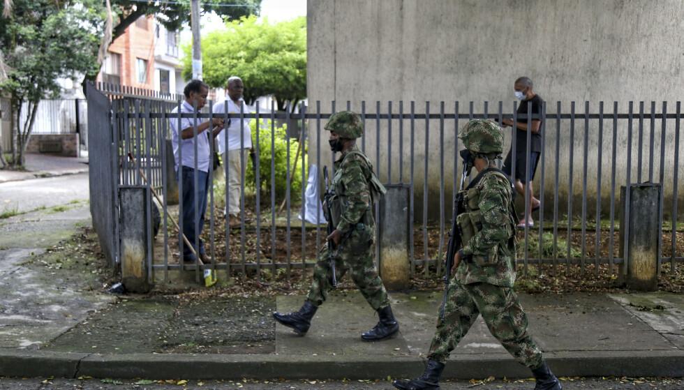 Den colombianske regjeringen har styrket den militære tilstedeværelsen i Cali betraktelig. Forsvaret har nå strammet grepet om byen etter store demonstrasjoner. Foto: Andres Gonzalez / AP / NTB