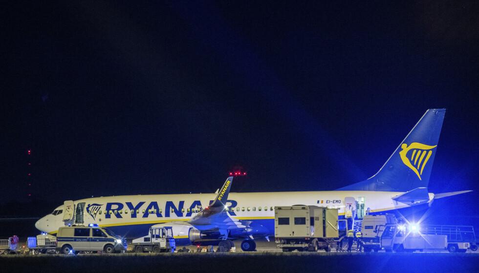 Politiet og politihunder undersøkte passasjerflyet fra Ryanair etter at det landet ved den internasjonale flyplassen Schönefeld utenfor Berlin søndag kveld. Foto: Christophe Gateau / DPA via AP / NTB