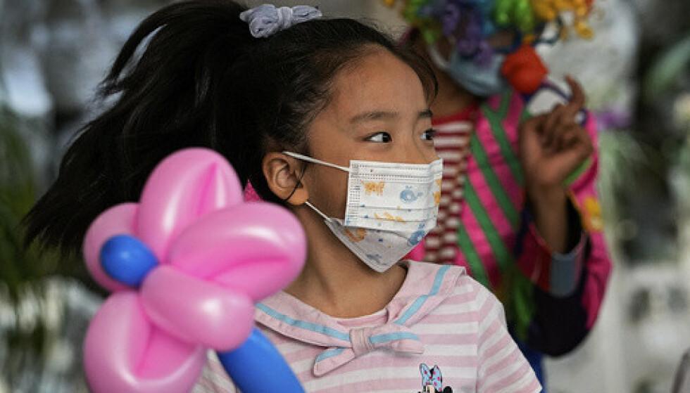 Kina åpner for at familier kan få tre barn. Her ei jente som deltar på et arrangement for barn i Beijing i helgen. Foto: Andy Wong / AP / NTB