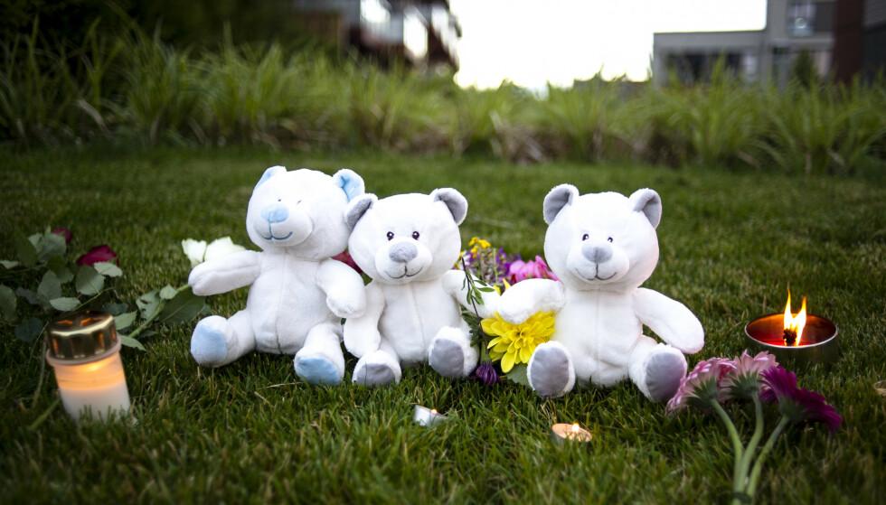 Lys og blomster ble satt opp for de to barna som ble funnet drept søndagen den 19. juli.Foto: Annika Byrde / NTB