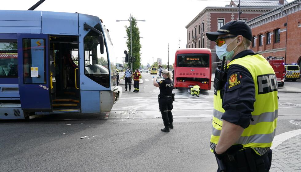 Nødetatene rykket mandag ut til Dronning Eufemias gate i Oslo etter at en buss og trikk kolliderte. Foto: Gorm Kallestad / NTB