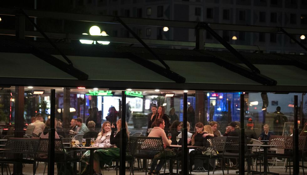 Flere får besøke kafeer og restauranter fra og med tirsdag i Sverige. Illustrasjonsfoto: Jessica Gow/TT NYHETSBYRÅN / NTB