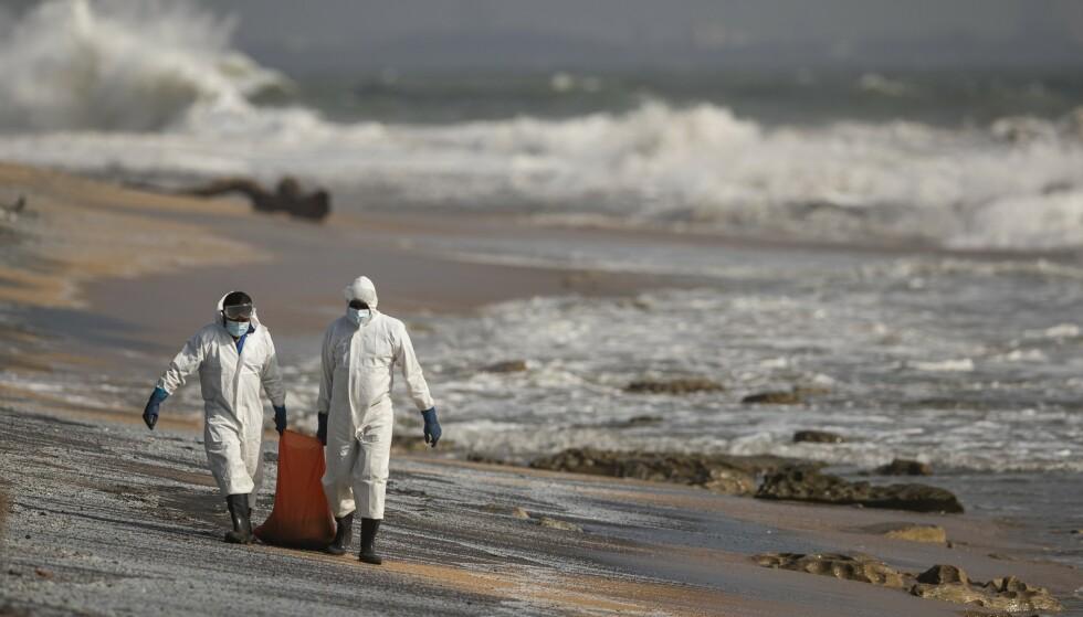 Skipsbrannen omtales som en av øyas verste marine økologiske katastrofer noensinne. Foto: Eranga Jayawardena / AP / NTB