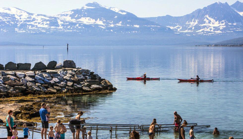 Når varmen slår inn i juni, tyr Tromsøværingene til bystranda Telegrafbukta. Både her og i resten av landet blir det sol og varmt de nærmeste dagene. Foto: Jan-Morten Bjørnbakk / NTB