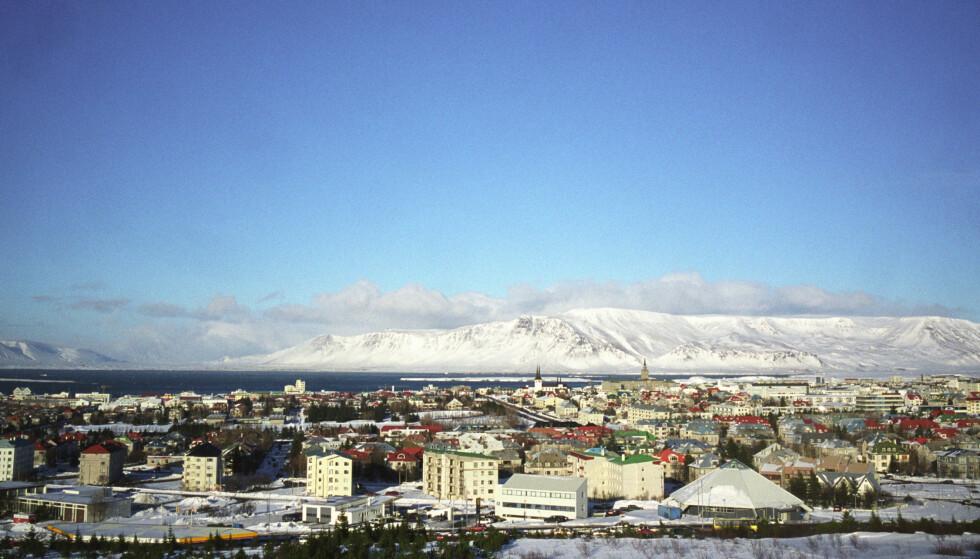 Isbreene på Island minker faretruende. En av landets breer, Okjökull-breen, er alt erklært «død». Her ses en snøkledd fjellkjede i bakgrunnen av Reykjavik. Foto: Solveig Vikene/NTB