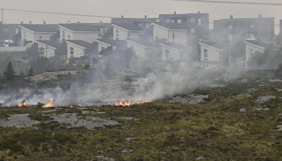 Brannen i vegetasjonen på Sotra i Øygarden kommune har spredd seg. Et helt boligfelt er evakuert.Foto: Marit Hommedal / NTB