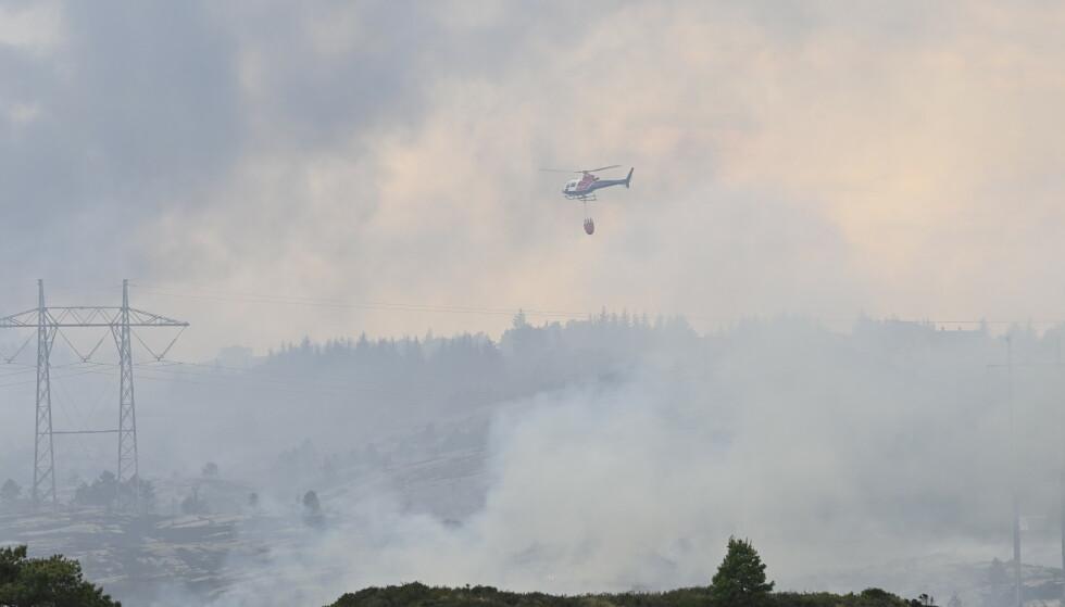 Bergen 20210603. Brannen i vegetasjonen p Sotra i ygarden kommune har spredd seg. Et helt boligfelt er evakuert.Foto: Marit Hommedal / NTB