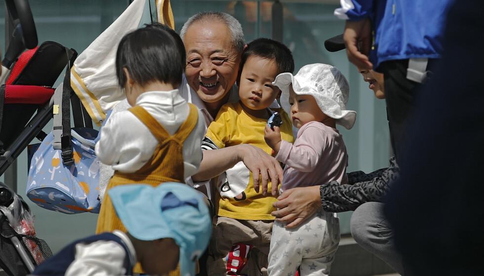 Slike bilder vil kinesiske myndigheter gjerne se flere av. Fødselstallene går ned i landet – og nå oppfordres unge par om å få tre barn. Foto: AP / NTB