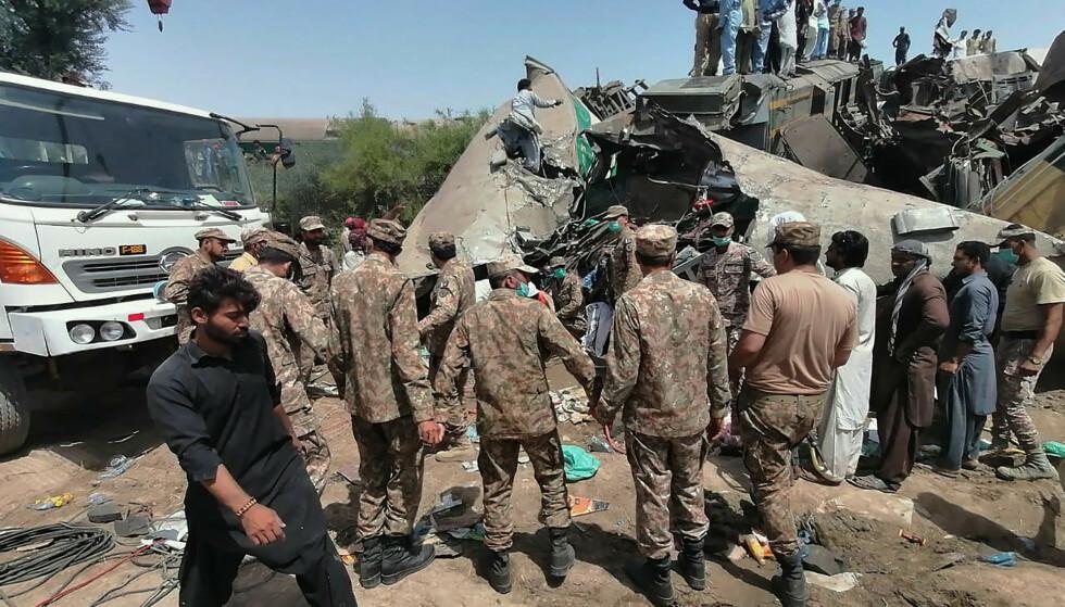 Soldater og redningsarbeidere på stedet etter kollisjonen mandag. Foto: Inter Services Public Relations via AP / NTB