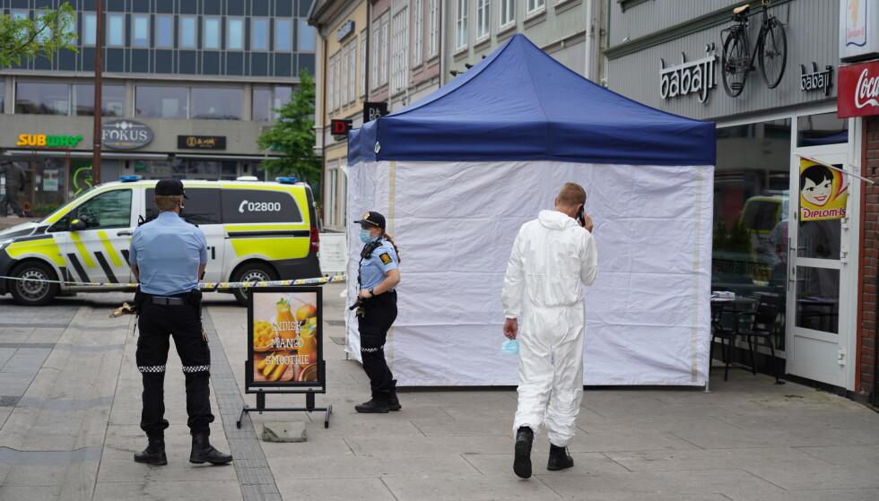 En mann ble funnet død mandag morgen på Stortorvet i Fredrikstad. Dødsfallet karakteriseres som mistenkelig, og politiet har innledet etterforskning. Foto: Ole Berg-Rusten / NTB