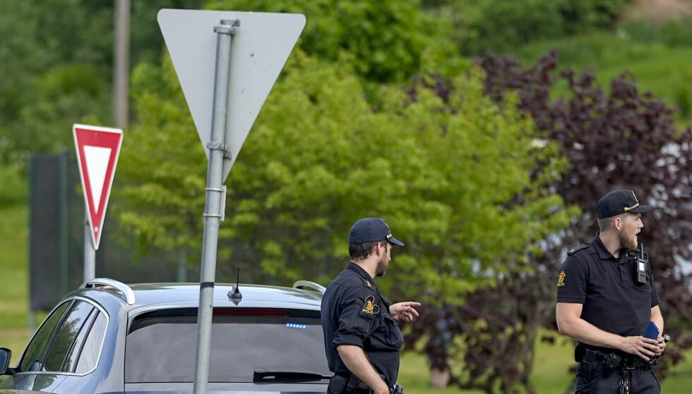 Et halvannet år gammelt barn døde lørdag etter det som vitner har beskrevet som et angrep av to hunder. Politiet har sperret veien i nærheten av stedet .Foto: Fredrik Hagen / NTB