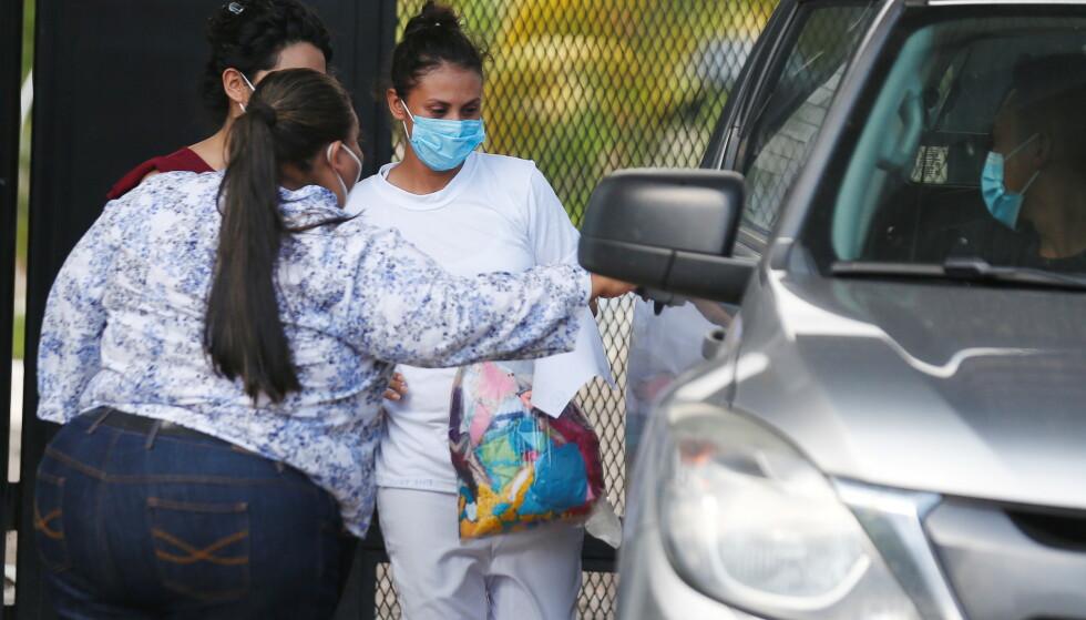 Sara Rogel, som ble dømt til 30 år i fengsel for en mistenkt abort, følges av moren i det hun blir løslatt fra fengselet i Zacatecoluca, El Salvador. Foto: NTB scanpix / REUTERS/Jose Cabezas