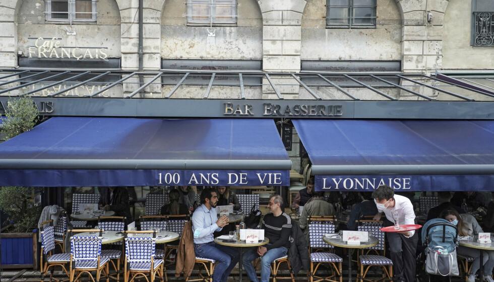 Frankrike og Belgia letter på flere coronarestriksjoner onsdag, blant annet blir det lov med innendørsservering på restauranter og kafeer. Foto: Laurent Cipriani / AP / NTB