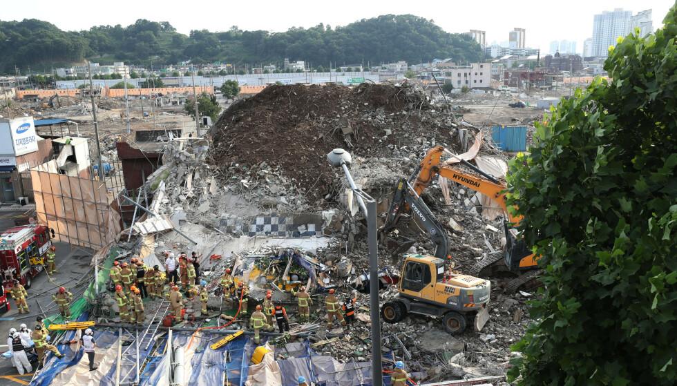Minst ni personer døde da en fem etasjer høy bygning kollapset i Gwangju sørvest for Sør-Koreas hovedstad Seoul. Åtte andre har fått alvorlige skader. Foto: Chung Hoi-sung / Yonhap via AP / NTB