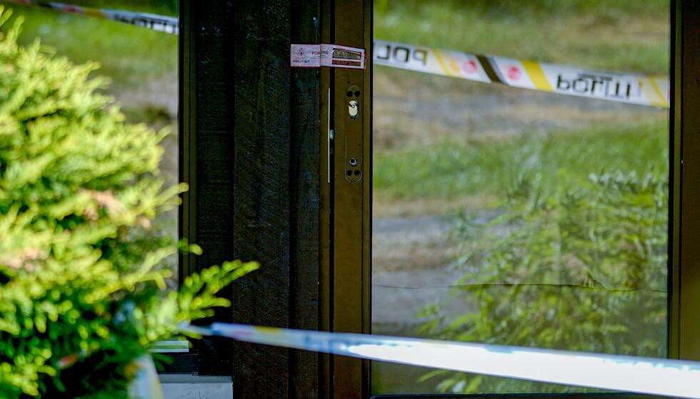 Plombert dør på Hellerud i Oslo der en kvinne tirsdag morgen ble funnet drept inne i en leilighet. Foto: Fredrik Hagen / NTB