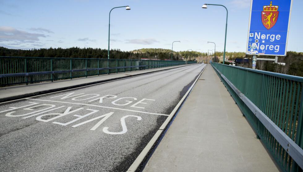 Grenseovergangen på gamle Svinesundsbrua, mellom Norge og Sverige. Til helgen ventes det økt trafikk her. Foto: Vidar Ruud/NTB
