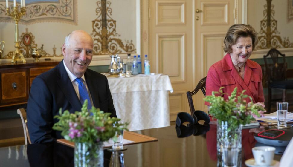 Kong Harald og dronning Sonja møtte torsdag landets ti statsforvaltere og Sysselmannen på Svalbard i et digitalt møte om håndteringen av koronapandemien. Foto: Berit Roald / NTB