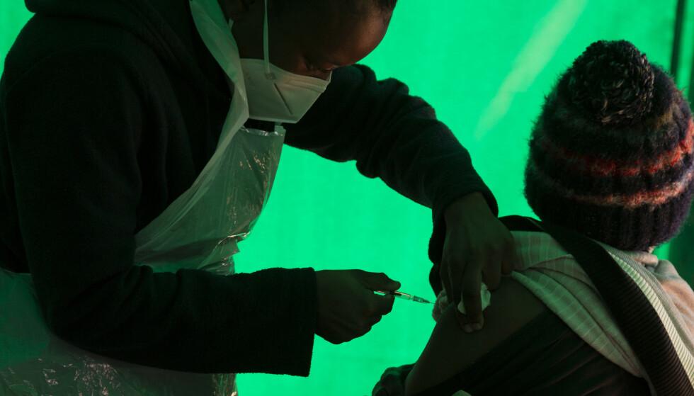 En eldre mann mottar vaksinen ved Orange Farm Clinic utenfor Johannesburg i begynnelsen av juni. Foto: Denis Farrell, AP / NTB