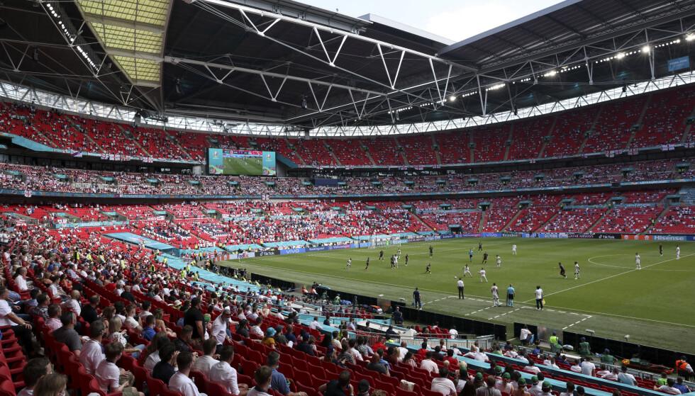 En tilskuer ble alvorlig skadd da han falt fra en tribuneseksjon ned på en annen under EM-kampen mellom England og Kroatia på Wembley i London. Foto: Catherine Ivill, Pool via AP/NTB
