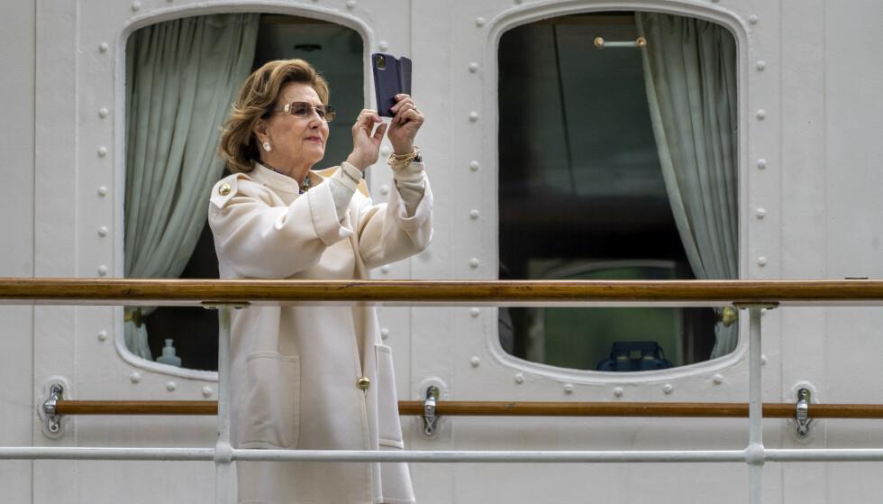 Dronning Sonja om bord på kongeskipet Norge tirsdag. Kongeparet er på en tredagers tur på Vestlandet. Foto: Heiko Junge / NTB