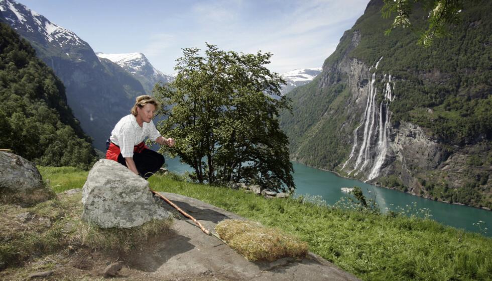 Dronning Sonja fotografert på Skageflå i Geirangerfjorden i 2006. Dronningen fortalte tirsdag at hun har opplevd eksos fra cruiseskip ved Skageflå, men det er usikkert når og hvilket besøk hun refererte til. Foto: Gorm Kallestad / NTB