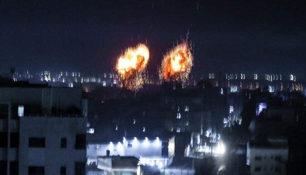 Eksplosjoner lyser opp nattehimmelen over Gaza by tidlig 16. juni.