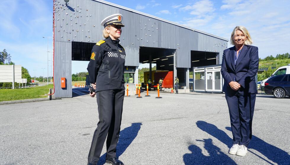 Justis- og beredskapsminister Monica Mæland (H) ved Svinesund tollsted for å se på kontrollen med grensetrafikken. Etter åpningen av grensen fredag har det vært lange køer for å komme tilbake til Norge. Foto: Terje Pedersen / NTB