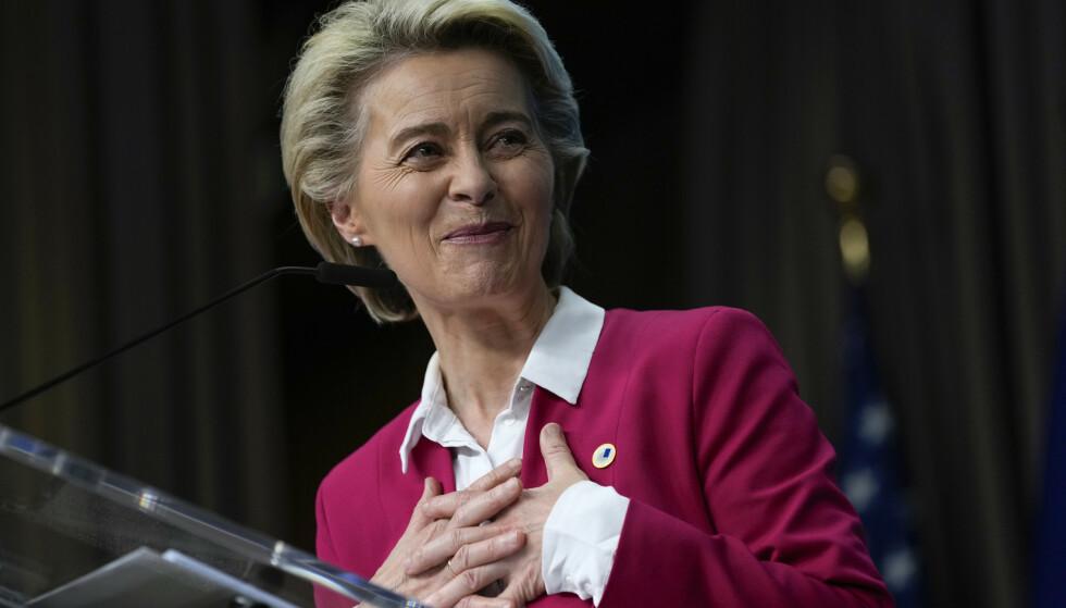 EU-kommisjonens leder Ursula von der Leyen gleder seg til å se gjenreisingspakken bli tatt i bruk. Foto: Francisco Seco / AP / NTB
