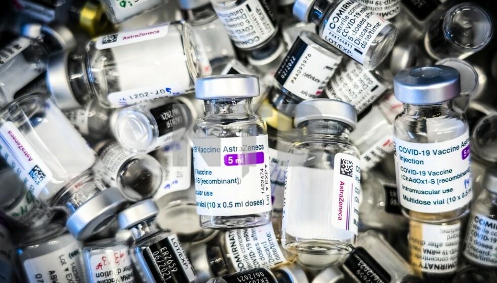 Tomme vaksineglass lagt i en beholder. Foto: Ole Berg-Rusten / NTB