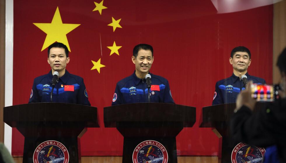 Tang Hongbo (til venstre) Nie Haisheng og Liu Boming blir det første mannskapet som skal leve på den nye kinesiske romstasjonen. Nie har kommandoen om bord når de skytes opp torsdag morgen. Foto: Ng Han Guan / AP / NTB