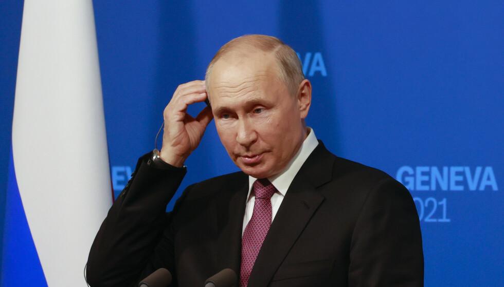 Russlands president Vladimir Putin lytter til oversettelsen av et spørsmål under sin pressekonferanse. Foto: Denis Balibouse/Pool Photo via AP/NTB