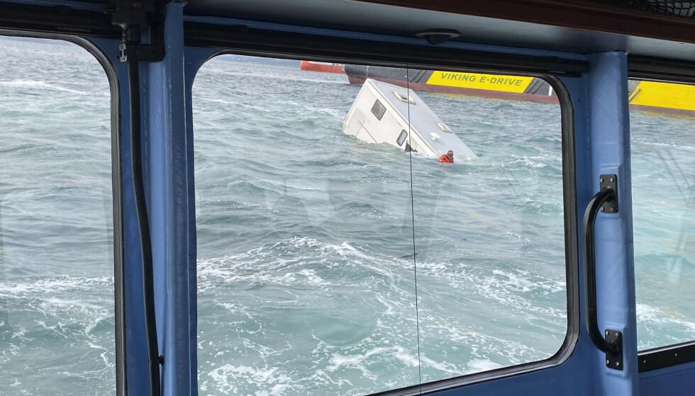 Dykkere tok seg ut til en bobil som kjørte ut i vannet i Randaberg. Ingen er funnet i bilen. Foto: Redningsselskapet / NTB