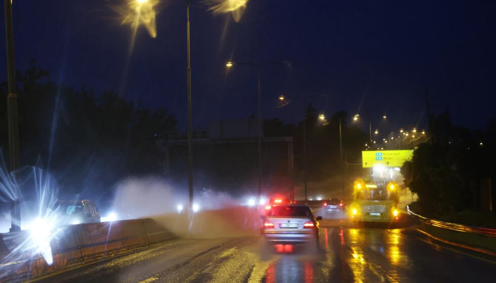 Mye nedbør førte til mye vann i veibanen som igjen ga utfordrende kjøre forhold og mye vannsprut i Oslo-området. Foto: Ørn E. Borgen / NTB