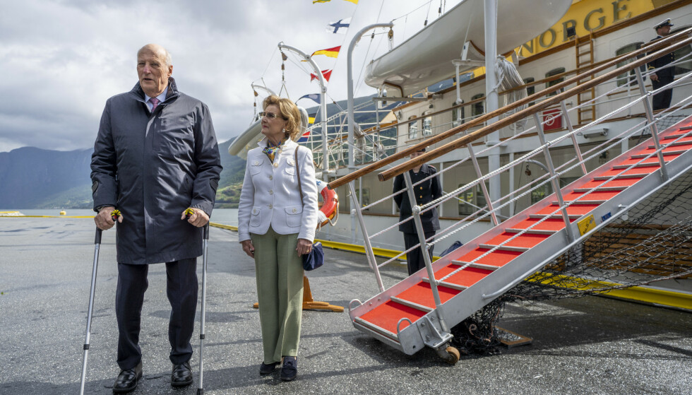 Kong Harald og dronning Sonja ved kongeskipet etter ankomst i Flåm tirsdag. Kongeparet er på en tre dagers reise i Vestland. Den første offisielle norgesturen siden koronapandemien startet i mars 2019.Foto: Heiko Junge / NTB