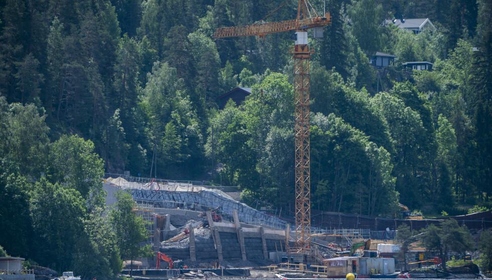 En måned før tiårsmarkeringen av terrorhendelsene 22. juli i 2011 ser minnestedet på Utøyakaia fortsatt ut som en byggeplass. Først neste år kan det være ferdig. Foto: Håkon Mosvold Larsen / NTB