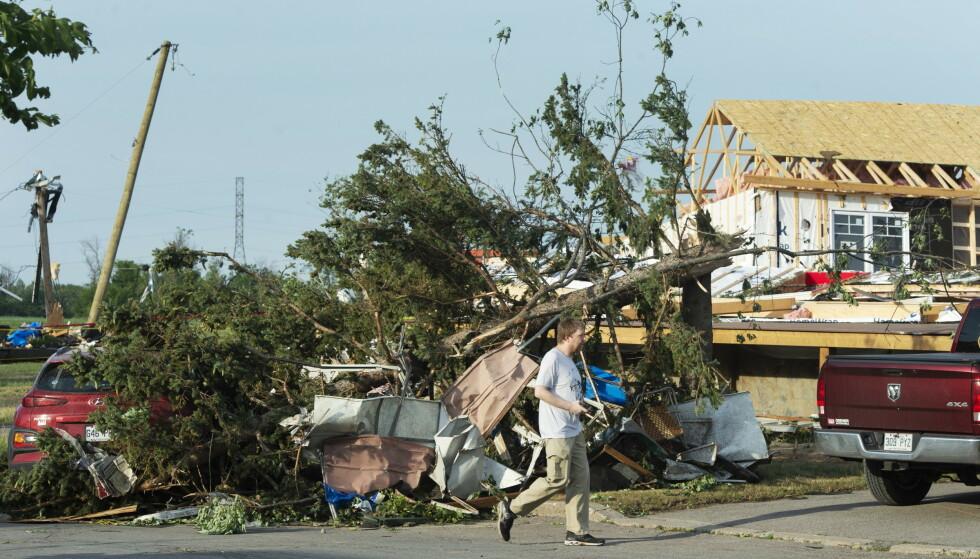 Flere bygninger fikk skader som følge av tornadoen. (Foto: Canadian Press/NTB)