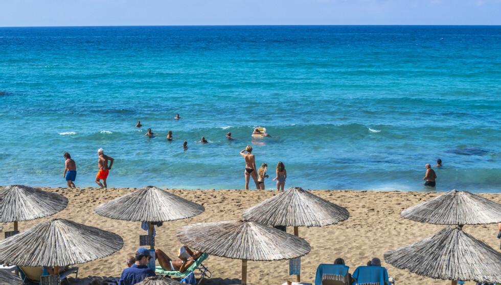 Turister nyter allerede solen på Mallorca i Spania. Reiselivet håper Mallorca og andre store ferieøyer er blant øyene FHI framover skal vurdere. Foto: Francisco Ubilla/AP/NTB