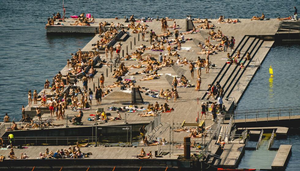 Folk koste seg i sommersola på Sørenga i Oslo i fjor sommer. (Foto: NTB)