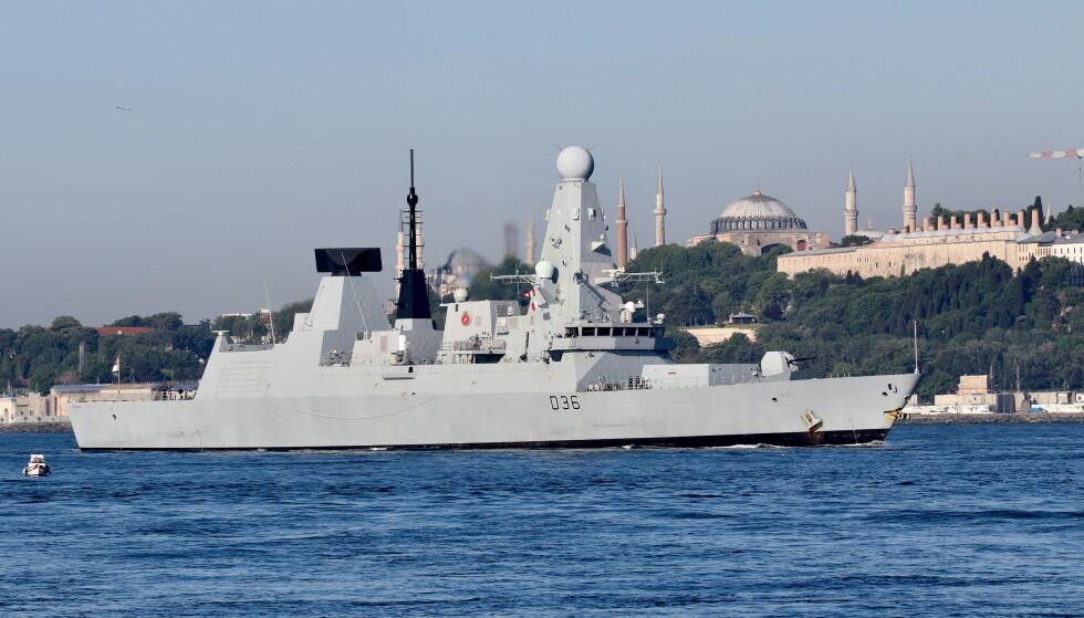Den britiske jageren HMS Defender under et besøk i Istanbul tidligere i år. (Foto: Reuters/NTB)