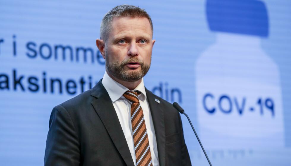 Helseminister Bent Høie (H) sier at vaksineringen og at folk fremdeles følger coronareglene, er blant årsakene til at det i forrige uke ikke ble registrert noen nye koronadødsfall. Foto: Berit Roald / NTB